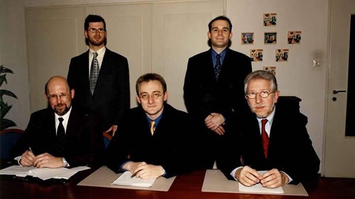 M. Barnig (à gauche) en décembre 2000 lorsque l'Entreprise des Postes et Télécommunications entre dans le capital de la société Visual Online S.A.